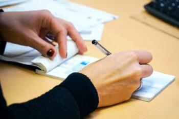 A compensação de cheque acontece no prazo de quantos dias? (2021)